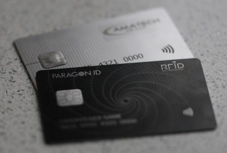 Premiers contrats pour la carte de paiement en métal de Paragon ID